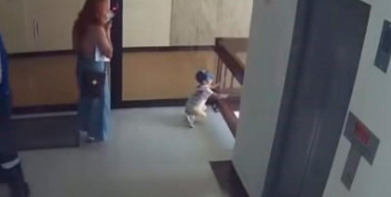 VIDEO: Mujer salva a su hijo de caer al vació