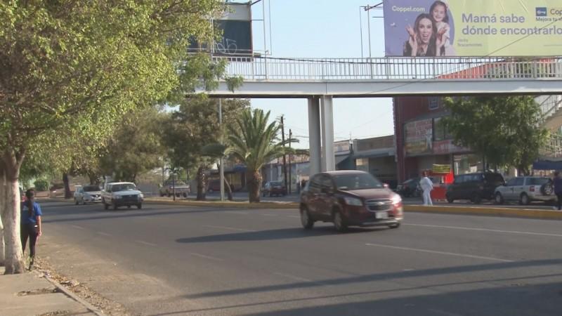 Uso de puentes peatonales y cruzar por la esquina pueden salvar vidas