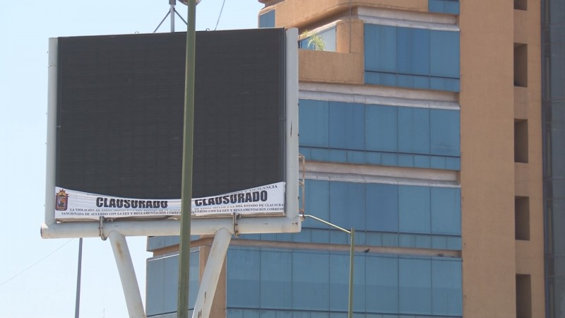Clausura Ayuntamiento espectaculares irregulares, pero los deja operando con publicidad