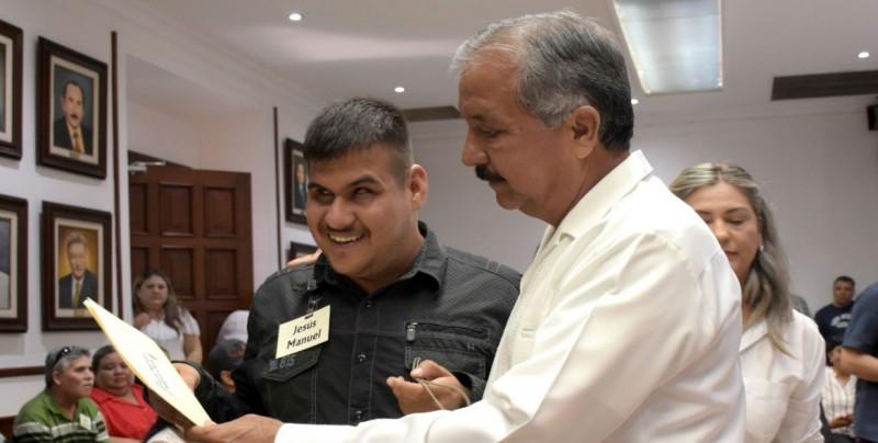 Jesús Estrada entrega de reconocimientos del curso de tiflotecnología