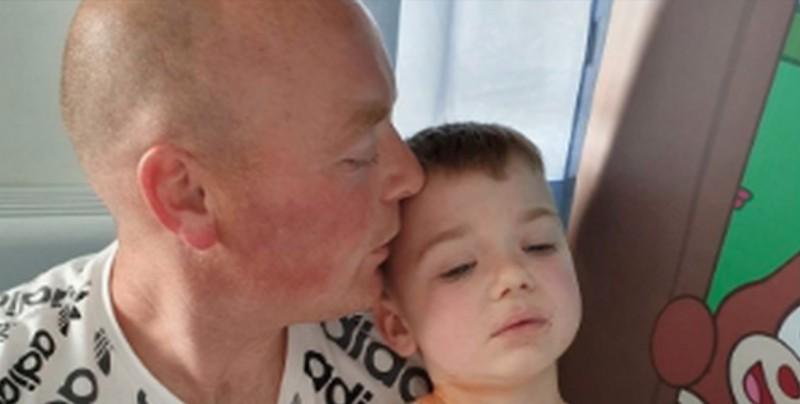 Este papá se tatúa la cicatriz de su hijo para hacerlo sentir orgulloso
