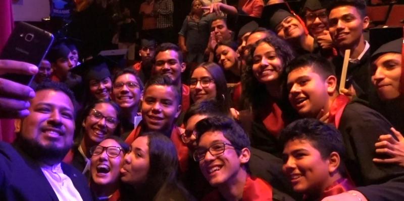 Cientos de estudiantes culminan sus estudios con los sentimientos a flor de piel