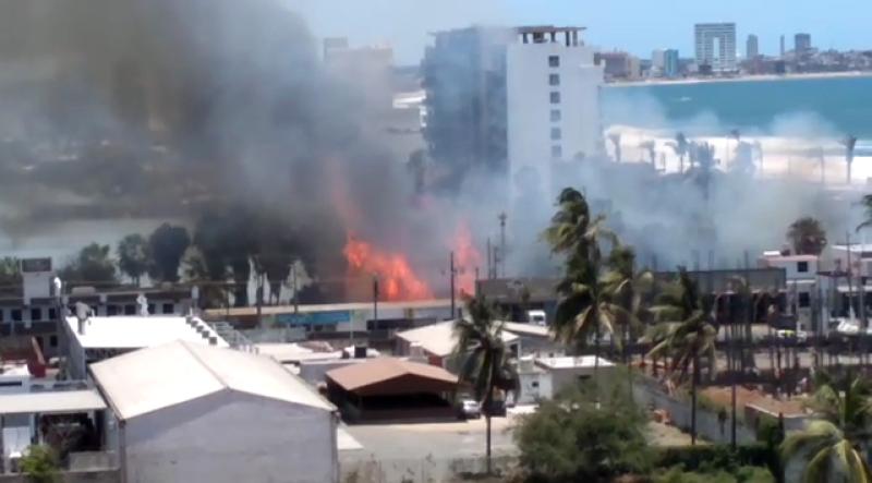 Incendio en terreno baldío