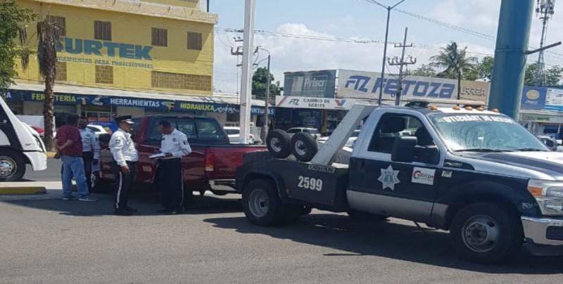 Retira la SSPyTM vehículos en venta de centro comercial
