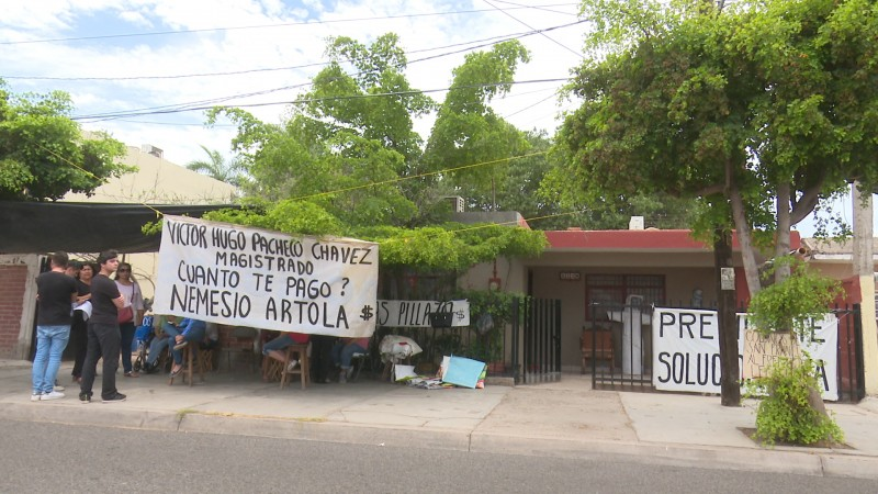 Desalojan a manifestantes de gasolinera