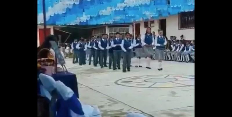 VIDEO: Alumnos de primaria se gradúan al ritmo de Rayito Colombiano