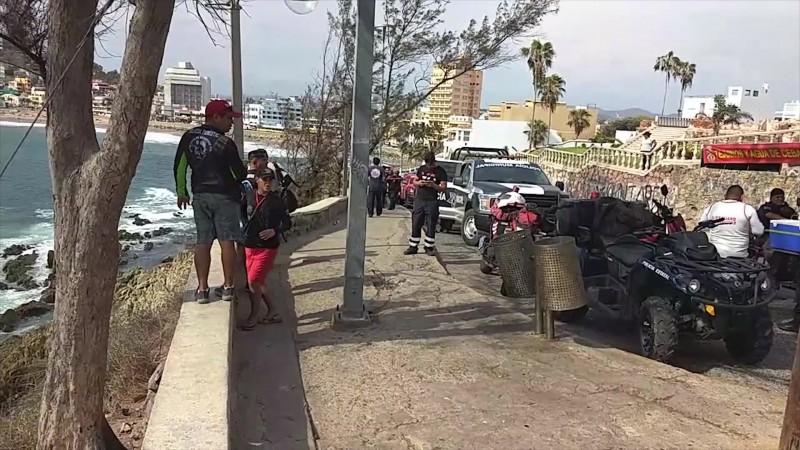 Cae en acantilado y muere en el Paseo del Centenario de Mazatlán