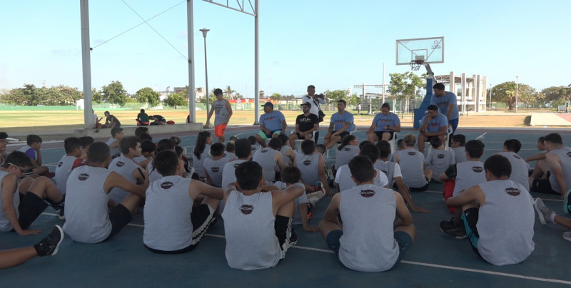 Garibay comparte su experiencia en la Selección de Basquetbol