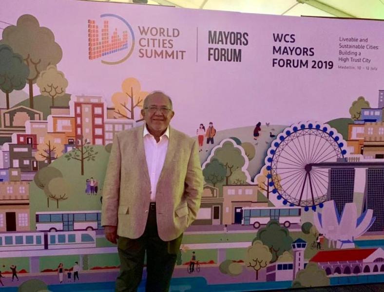 Se 'brinca las trancas' en viajes el Alcalde de Mazatlán