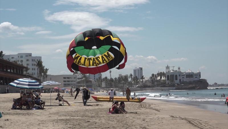Ni el fuerte calor detiene a los turistas que disfrutan sus vacaciones en Mazatlán