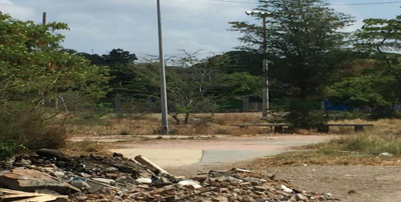 Arroyo sin barandal, con basura y andador olvidado