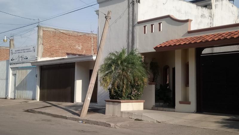 Poste muy ladeado en la Colonia Emiliano Zapata