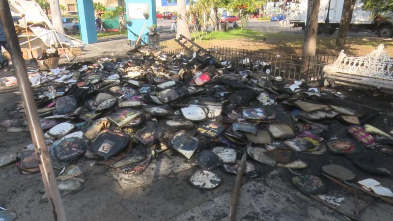 Incendian puesto de libros de la Plazuela