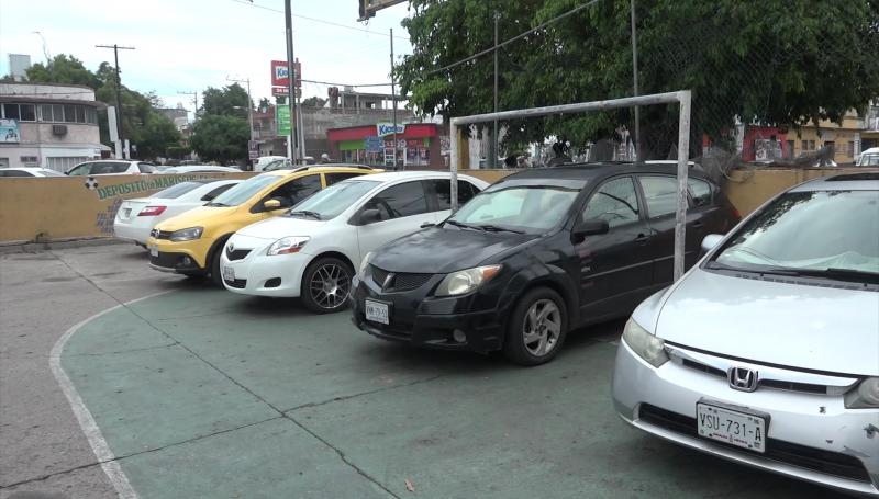 Piden que cancha deportiva deje de ser usada como estacionamiento