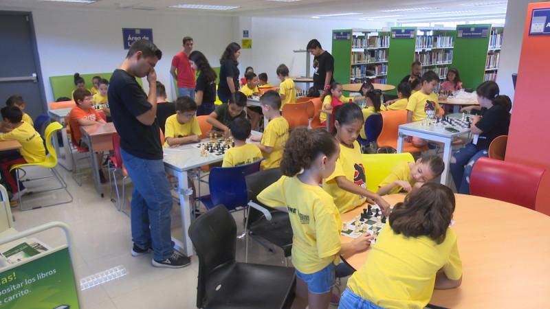 Decenas de niños disfrutan en Jurasick Camp