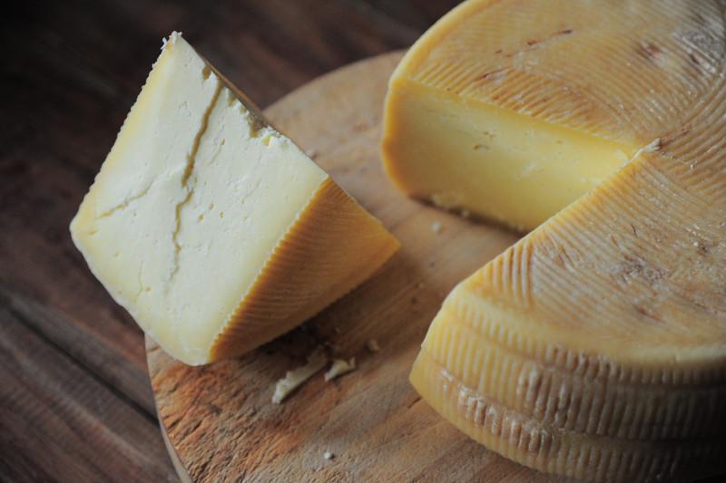 A extremar precauciones al comprar o consumir quesos