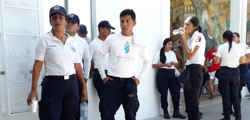 Cadetes de la SSPyTM se manifiestan en el Palacio Municipal