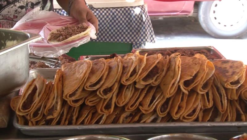 Se dejan 'seducir' turistas por tacos mazatlecos