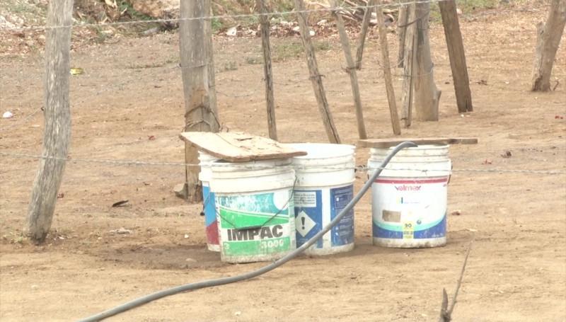 """""""A lo largo"""" les llegan las pipas con agua a los vecinos de la Invasión San Antonio"""
