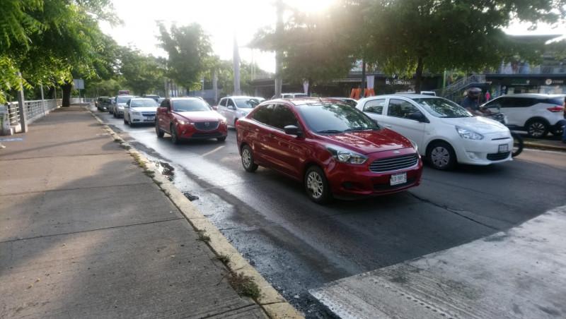 Automovilistas molestos por la colocación de cruce peatonal sobre malecón