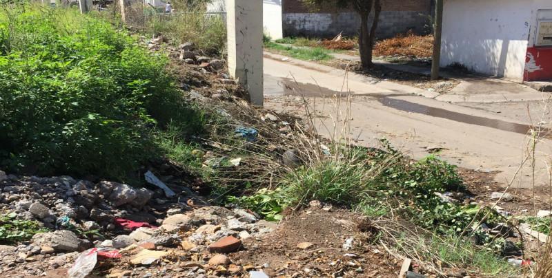 Calle colapsada y llena de baches