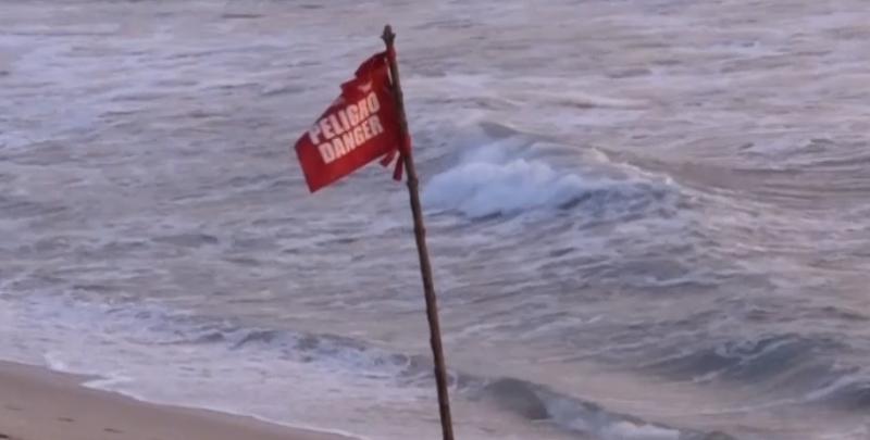 """Vacacionistas se llevan banderines de playa como """"Souvenir"""""""