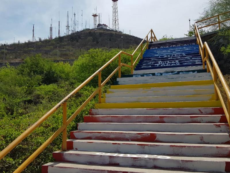 Vandalizan escaleras de colores en la pérgola