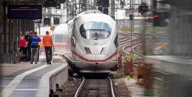 Niño es lanzado a las vías del tren y muere arrollado