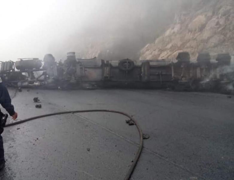 Cerrada por incendio de pipa la carretera Mazatlán-Durango