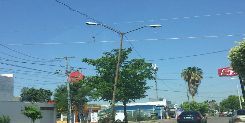 A punto de caerse lámpara en Villas del Río