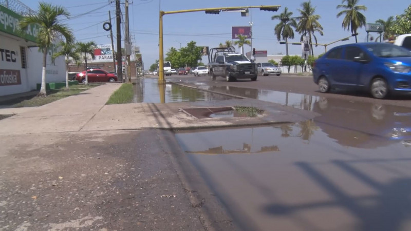 Agua estancada en crucero del bulevar Zapata