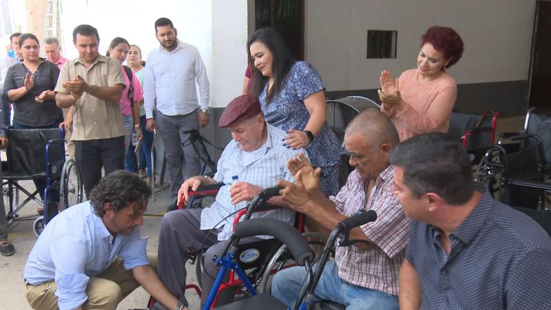 Reciben personas con capacidades diferentes apoyo de aparatos ortopédicos gratuitos