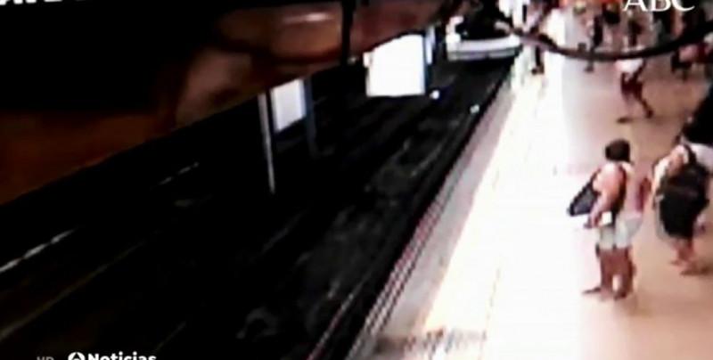 VIDEO: Joven es empujado a las vías del tren