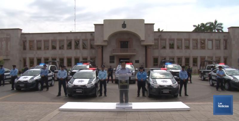 Entrega Alcalde 10 patrullas y radios modernos a policías