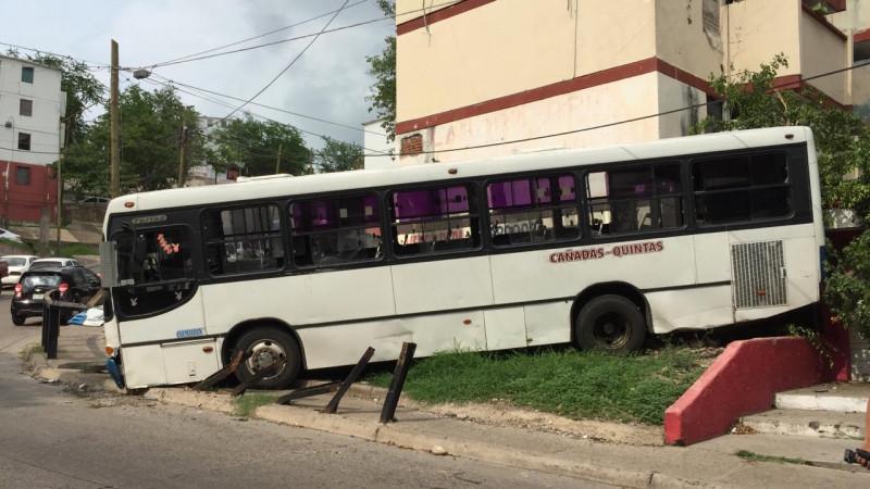 Camión urbano se queda sin frenos y choca contra edificio