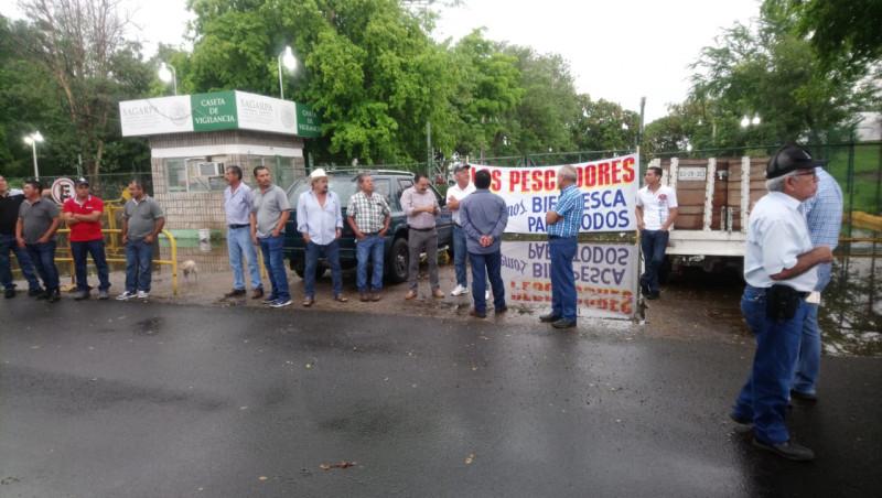 Les llueve sobre mojado a pescadores que salen a protestar