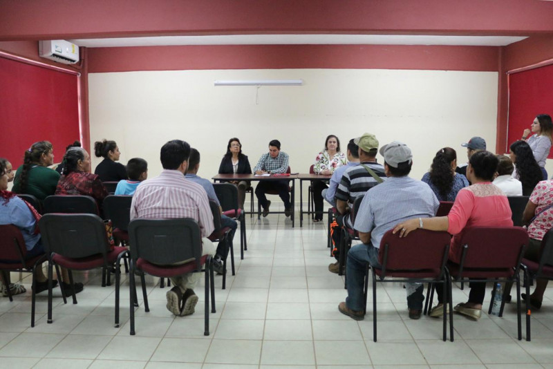Entregan apoyos económicos a desplazados del norte de Sinaloa