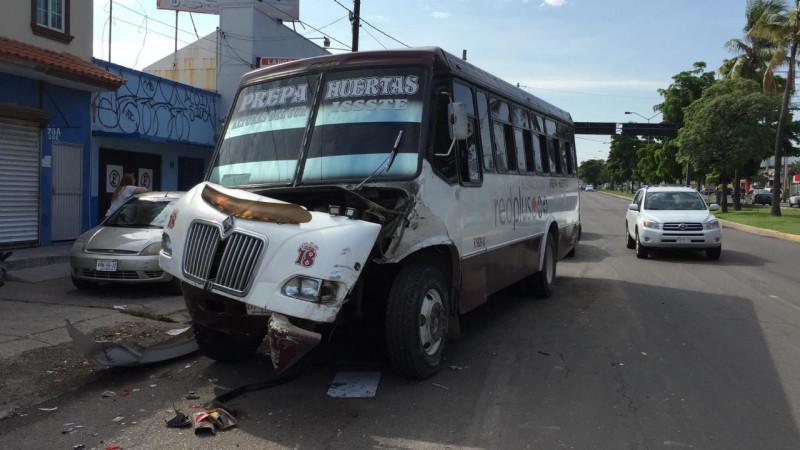 Carambola entre camiones urbanos deja  cinco lesionados