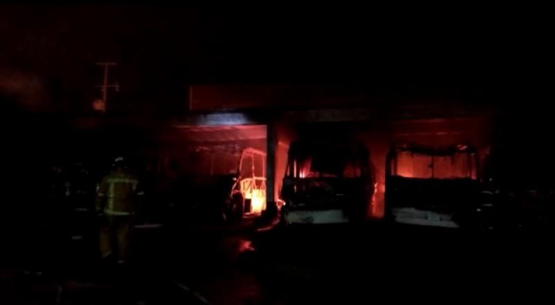 Se incendian 7 camiones Águilas del Pacífico en Mazatlán