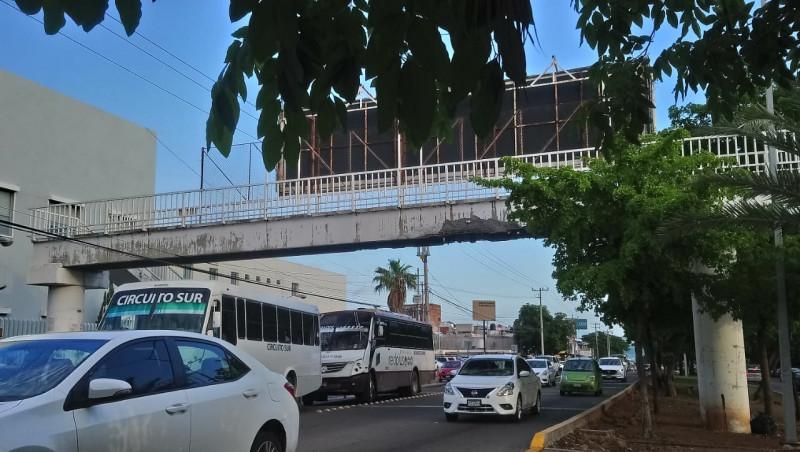 Deteriorada la estructura de puente peatonal del ISSSTE