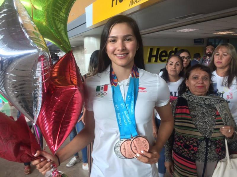 Al ritmo de la banda reciben a la medallista panamericana Yarely Salazar