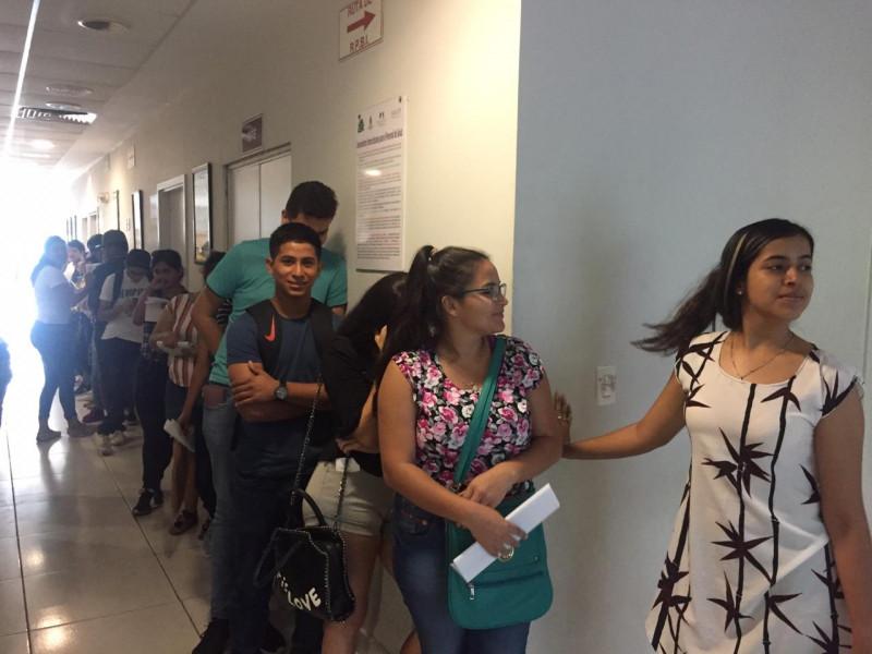 Largas filas de estudiantes para tramitar certificado médico