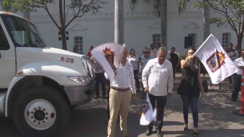 Da alcalde banderazo para poner en marcha 3 unidades recolectoras de basura para Culiacán
