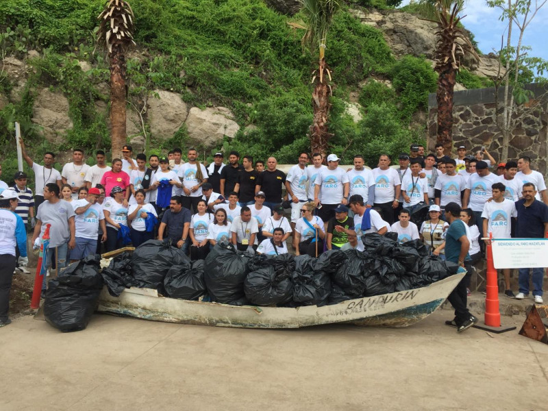 Hasta la estructura de una lancha recolectaron en jornada de limpieza en El Faro
