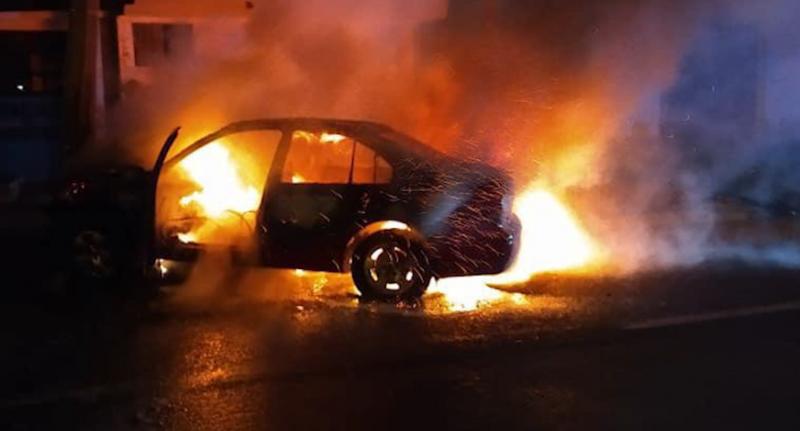 Conductor ebrio choca contra poste causando el incendio de su unidad