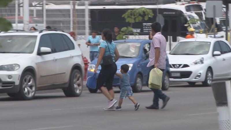 En Culiacán siguen cruzando por la mitad de la avenida Obregón