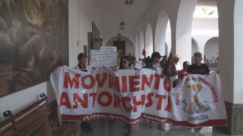 Antorchistas marchan y se plantan en el Ayuntamiento exigiendo soluciones a problemas en colonias y comunidades