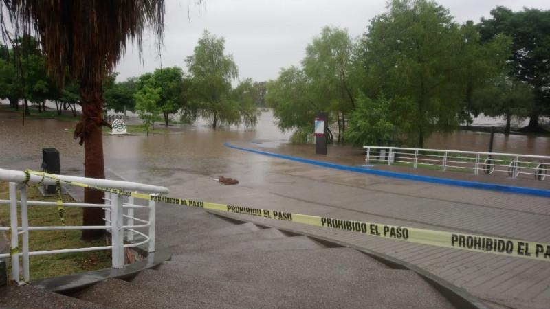 Cierran parque acuático por creciente del río
