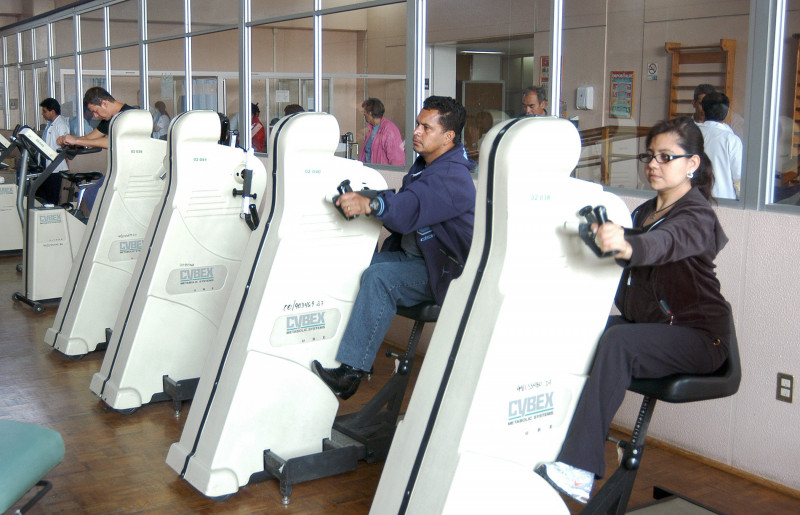 Con rayo láser terapéutico y electroterapia el Seguro Social atiende problemas de postura