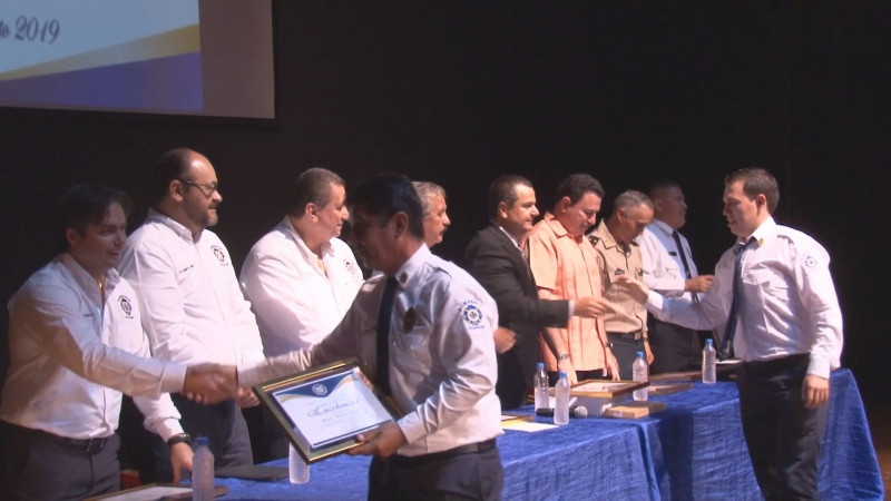 Entregan reconocimientos en el marco del Día Nacional del Bombero